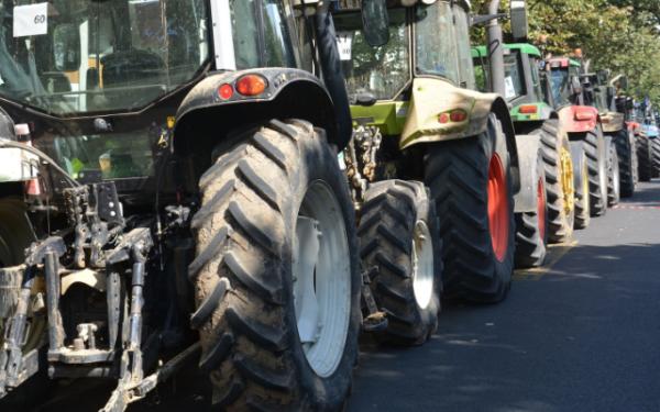 Les agriculteurs vont bloquer raffineries et dépôts dès lundi