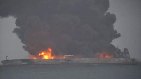 Pétrolier en feu risquant d'exploser au large de la Chine